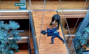 Une télévision britannique a montré une image du député inanimé, étendu au sol, sur une passerelle du grand bâtiment de verre et d'acier du Parlement européen.