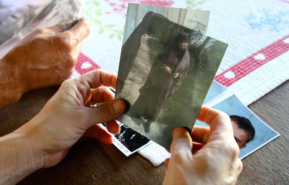 Une mère montre la photo de sa fille partie faire le djihad –  Fred Scheiber/AP/SIPA