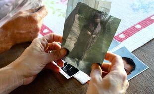 Une mère montre la photo de sa fille partie faire le djihad