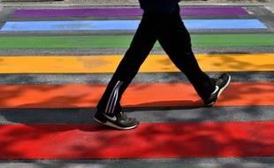 Un passage piéton aux couleurs du drapeau LGBT à Périgueux (image d'illustration).