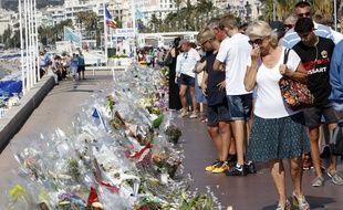 Hommage aux 84 victimes de l'attentat de Nice sur la Promenade des Anglais, parmi elles, deux lycéennes allemandes et leur professeur en voyage scolaire.