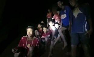 Quatre des douze enfants bloqués dans la grotte ont pu être évacués ce dimanche.