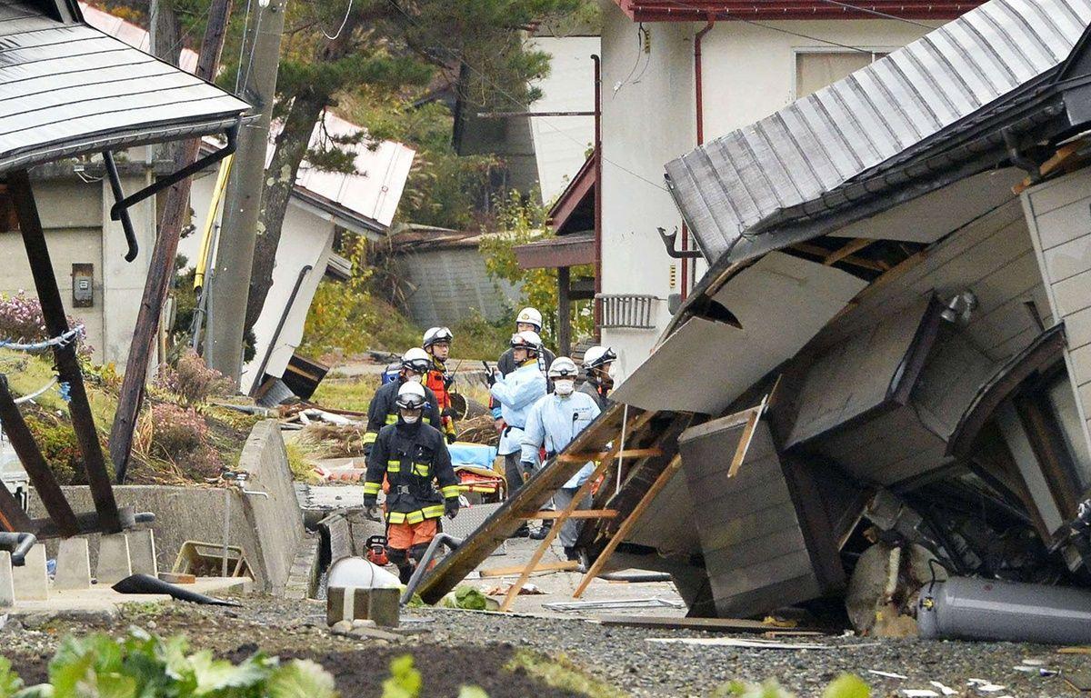 Des pompiers et des secouristes au milieu de maisons effondrées après le tremblement de terre à Hakuba, dans la préfecture de Nagano, Japon, le 23 novembre 2014. – AP/SIPA