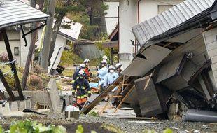 Des pompiers et des secouristes au milieu de maisons effondrées après le tremblement de terre à Hakuba, dans la préfecture de Nagano, Japon, le 23 novembre 2014.