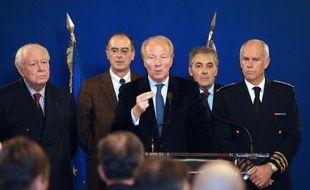 Le ministre de l'Intérieur Brice Hortefeux a annoncé dimanche à Marseille un renforcement des effectifs de la police marseillaise, dans le cadre de quatre mesures destinées à renforcer la lutte contre les trafics et la prolifération d'armes.