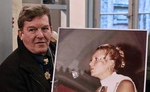 Jacky Kulik avec un portrait de sa fille tuée en 2002 Elodie Kulik, lors de l'ouverture du procès de Willy Bardon à Amiens le 21 novembre 2019