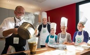 Le cuisinier français Guillaume Dallay (G) enseigne aux enfants souffrant de leucémie à cuisiner à l'hôpital Clocheville de Tours, le 7 décembre 2015