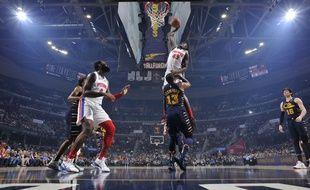 Sekou Doumbouya, des Detroit Pistons, a réalisé l'un des dunks de la saison face au joueur de Cleveland Tristan Thompson, le 7 janvier 2020.