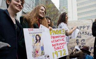 """Des militantes féministes manifestent à Londres contre la """"page 3"""" du Sun, le 17 novembre 2012"""