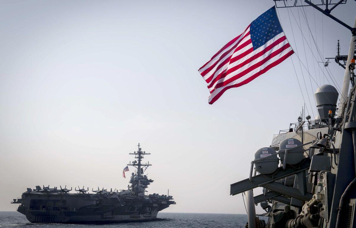 Le porte-avions américain Carl Vinson accompagné d'un destroyer lanceur de missiles.   – Ryan Harper / US NAVY / AFP