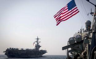 Le porte-avions américain Carl Vinson accompagné d'un destroyer lanceur de missiles.