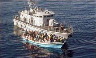 Vingt-deux immigrés clandestins étaient portés disparus mercredi après le naufrage de leur embarcation dans la nuit de mardi à mercredi à plus de 100 km au sud de Malte, a indiqué la marine maltaise.