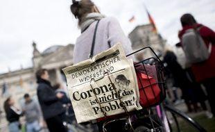 Des manifestants protestent contre les mesures de confinement à Berlin, le 16 mai.