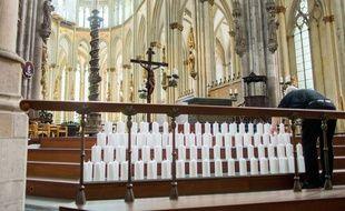 150 bougies pour les victimes de la Germanwings à la Cathédral de Cologne. AFP PHOTO / DPA / ROLF VENNENBERND