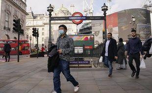 Un homme portant un masque devant la station de métro Piccadilly Circus, à Londres le 19 octobre 2021.