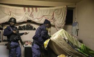 La police sud-africaine, épaulée par l'armée, fouille un township de Johannesburg le 23 avril 2015 (illustration).