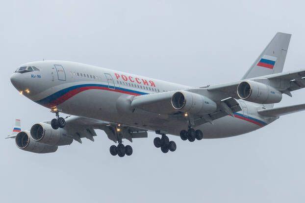 648x415 un avion ilyushin il 96 300 en russie image d illustration