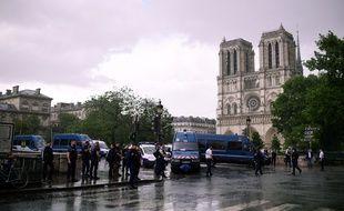 Les forces de police sont intervenus après l'agression d'un policier par un homme armé d'un marteau sur le parvis de la cathédrale de Notre-Dame, à Paris le 6 juin 2017.