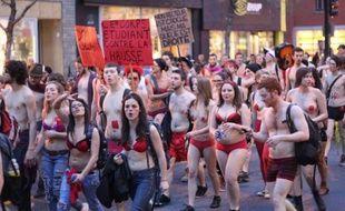 """Des milliers d'étudiants opposés à la hausse des droits de scolarité ont défilé nus jeudi dans les rues de Montréal, sous le regard amusé des policiers, pour exiger plus de """"transparence"""" du gouvernement de la province confronté à une contestation estudiantine sans précédent."""
