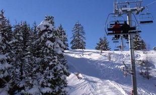 Un guide de haute-montagne est décédé samedi après-midi dans une avalanche provoquée par son passage dans un couloir hors piste près de la station d'Eyne (Pyrénées-Orientales), a-t-on appris auprès des gendarmes et du directeur de la station.