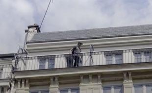 Le vlogger Vintage Tran dans un immeuble factice, pour Brut.
