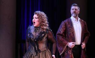 Yelena Mikhailenko et Mikhail Nikanorov lors d'une représentation d'un opéra retransmis en ligne depuis Moscou (Russie) en mars 2020.