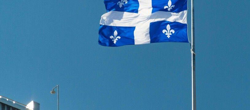 Le drapeau du Québec, l'une des provinces du Canada. (illustration)