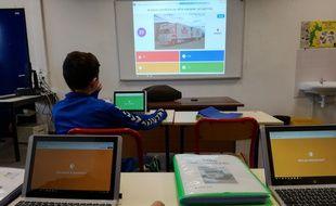 Sur tablette ou sur ordi portable, les élèves de cette classe du lycée Mathis répondent aux questions du quizz de leur professeur via la plateforme Kahoot.