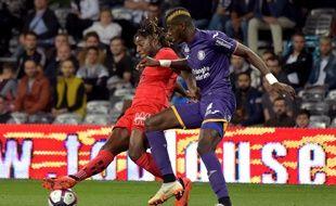 Ibrahim Sangaré (à droite), le milieu de terrain du TFC, face à l'attaquant de l'OGC Nice Allan Saint-Maximin, le 5 octobre 2018 au Stadium de Toulouse.