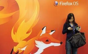 Une femme devant une affiche Mozilla Firefox, en 2013, à Barcelone (Espagne).