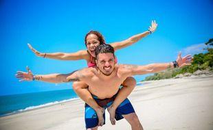 Un couple à la plage. Les clubs de vacances sont des lieux de rencontres pour les vacanciers.