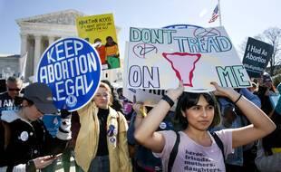 Des manifestants pour le droit à l'avortement se rassemblent devant la Cour suprême de Washington le 4 mars 2020 pour protester contre une loi retreignant l'avortement au Texas.