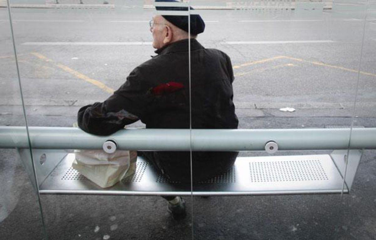 Une personne âgée, de dos, attentent le bus. Illustration sur la vieillesse. – P. MAGNIEN / 20 MINUTES