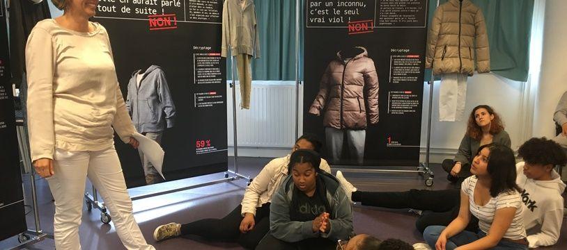 """Blandine Grégoire, directrice de l'association """"Jeunes et Citoyenneté"""" a présenté l'exposition """"Viol, un autre regard"""" à des lycéens de Bagnolet."""