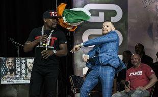 Et allez, ça balance un drapeau irlandais par terre.