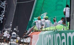 Le voilier émirati Abu Dhabi, skippé par le double médaillé olympique (argent en 470 et Star) britannique Ian Walker, a mis le turbo dimanche au milieu de l'Atlantique, ayant retrouvé un vent qui faisait encore cruellement défaut aux Français de Groupama 4, toujours 4e.
