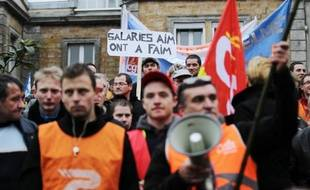 Des employés des abattoirs normands AIM manifestent le 6 janvier 2015 devant le tribunal de commerce de Coutances, dans la Manche