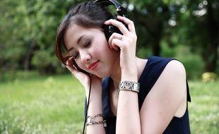 Illustration d'une jeune femme en train d'écouter de la musique au casque.