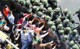 Des centaines de Hans ont manifesté contre le gouvernement local à Urumqi, le 3 septembre.