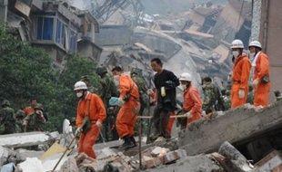 Des cris, de plus en plus faibles, s'élevaient encore vendredi des bâtiments et des écoles en ruines dans le Sichuan, guidant les sauveteurs à la recherche des derniers survivants du séisme dont le bilan devrait se chiffrer en dizaines de milliers de morts.