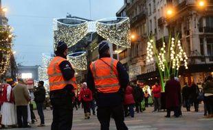 Des policiers belges patrouillent à Bruxelles, le 27 novembre 2015