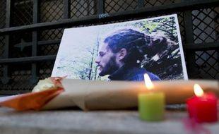 Hommage le 6 novembre 2014 devant une photo de Rémi Fraisse au pied d'un établissement scolaire à Paris