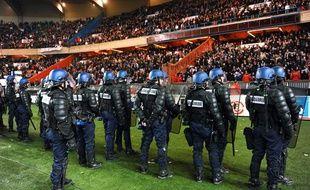 Les policiers se placent devant la tribune des supporters parisiens au Parc des princes lors de PSG-OM le 28 février 2010.