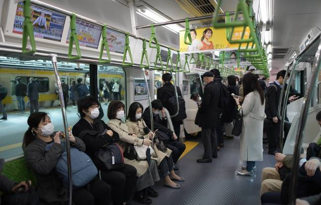 Les voyageurs sont encore nombreux à bord d'un train de la ligne Yamanote, à Tokyo, le 17 avril 2020.