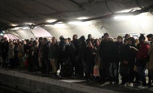 Un quai de métro à Paris pendant la grève contre la réforme des retraites. (Illustration)