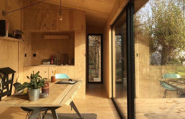 Dans la cabane Heva, le chauffage est assuré par un poêle à bois, l'électricité par des panneaux photovoltaïques et l'eaufiltrée par une micro station d'épuration.