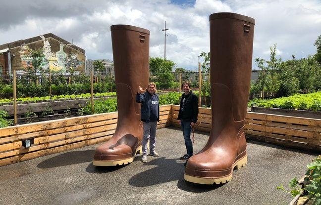 Les bottes géantes, œuvre de Lilian Bourgeat, à l'entrée du potager de la Cantine du Voyage.