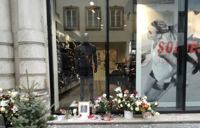 Des passants déposent encore des hommages devant Adidas, rue des Grandes Arcades, où est décédé le père de famille Kamal Naghchband lors de l'attentat de Strasbourg.