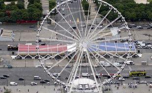 La tribune présidentielle et la grande roue place de la Concorde à l'occasion du défilé du 14 juillet 2016 à Paris.