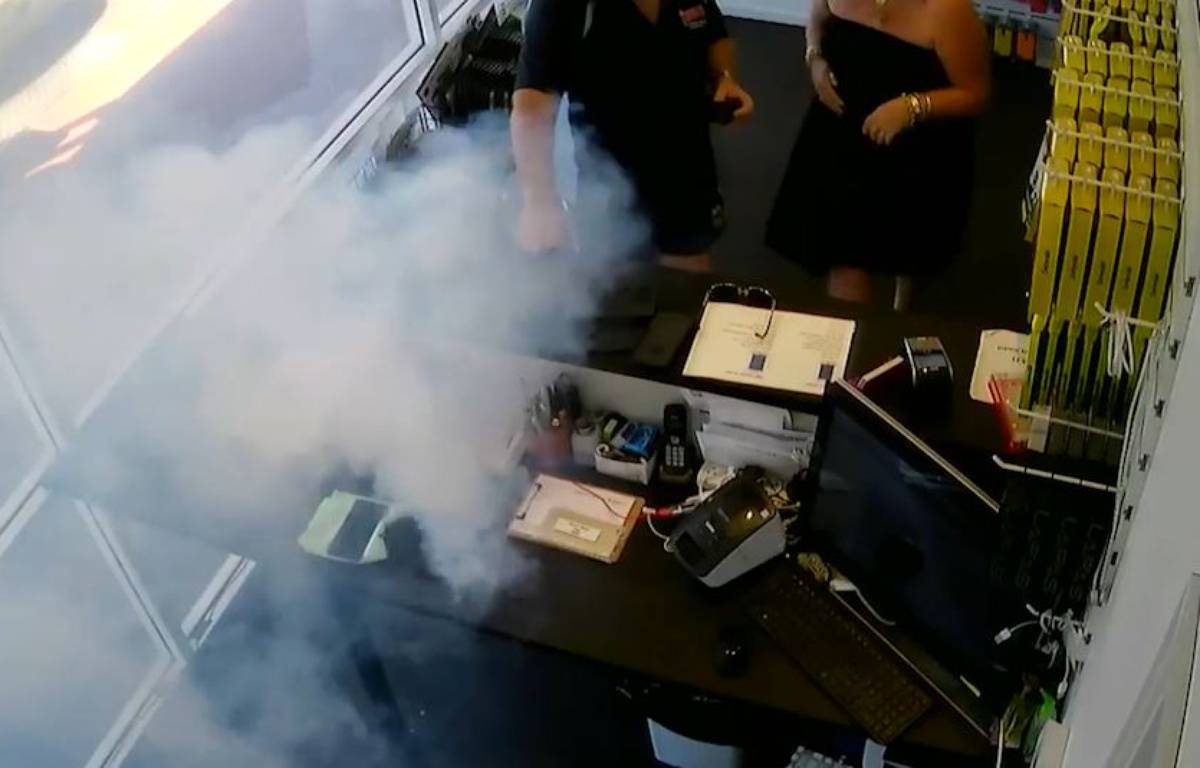 Un Iphone explose dans un magasin ! - Le Rewind – capture d'écran